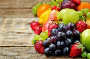 Früchte. Mango, Zitrone, Pflaume, Traube, Birne, Orange, Apfel, Banane, Erdbeere foto