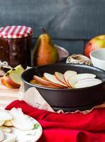der Prozess der Herstellung von Apfelkuchen mit Birnenmarmelade, vertikal foto