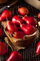 rohe organische rote Birnen foto