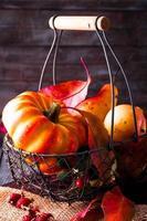Herbstlaub auf Holztisch foto