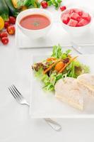 Thunfisch-Käse-Sandwich mit Salat foto
