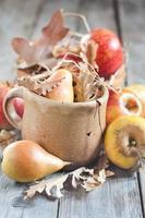 Birnen und Äpfel mit Herbstblättern foto