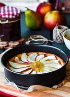 Prozess der Herstellung von Apfelkuchen mit Birnenmarmelade und Karamell foto