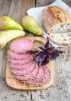 Scheiben italienische Salami mit Birnen foto