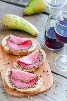 Sandwiches mit italienischer Salami mit Birnen und Wein foto