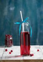 frisches Cranberry-Fruchtgetränk in der Flasche foto