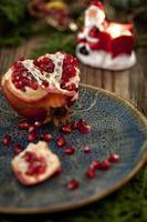 Granatapfel mit Weihnachtsschmuck foto