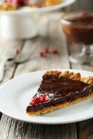 hausgemachte Schokoladentarte mit Granatapfel foto