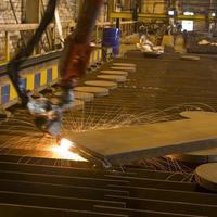 Roboterarm schneidet Stahl foto