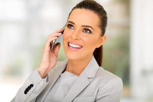Geschäftsfrau, die auf Handy spricht foto