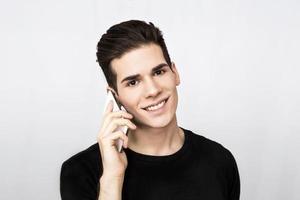 Mann spricht auf dem Handy foto