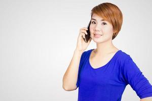 Frau mit ihrem Telefon foto