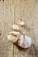 Knoblauch auf dem Holz foto