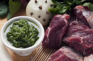 Zutaten für gekochtes Fleisch mit grüner Sauce foto