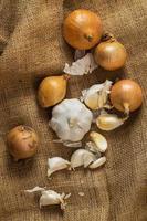 Zwiebeln und Knoblauch auf Decke foto