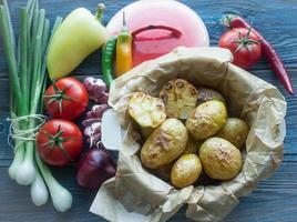 Ofenkartoffeln mit Knoblauch und frischem Gemüse foto