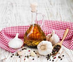 Olivenöl, Knoblauch und Pfeffer foto