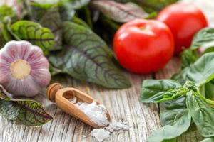 Salz, Kräuter, Tomaten und Knoblauch. foto