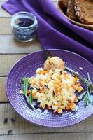 Pilaw mit Karotten und Knoblauch foto
