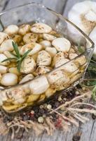 konservierter Knoblauch mit frischen Kräutern
