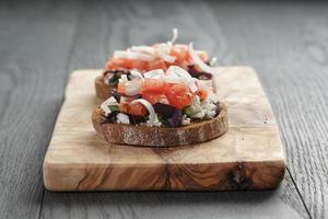hausgemachte Bruschetta mit Ricotta-Tomaten und Kräutern foto