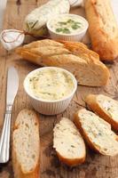 Knoblauchbrot Compound Butter Kräuter Baguette Thymian Rosmarin Koriander Oregano foto