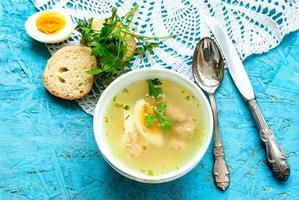 Suppe mit Fleischbällchen und Ei