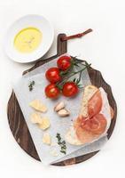 Schinken, Ciabatta, Parmesan und Olivenöl foto