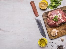 rohes Schweinesteakbuttermesserfleisch, Grenze, setzen Sie Texthintergrund foto