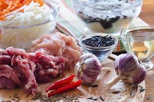 Fleisch, Reis, Knoblauch und andere Gewürze foto