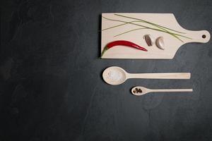 Küchenzubehör und Gewürze aus Holz foto