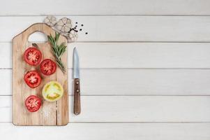 reife Tomaten, Rosmarin, Knoblauch und Pfeffer foto