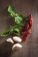 Chili mit Knoblauch und Basilikumblatt