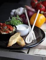 Schüssel mit geröstetem Gemüse und Nudeln