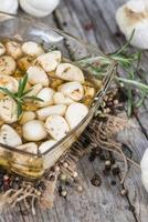 konservierter Knoblauch mit frischen Kräutern foto