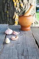 Knoblauch auf Holztisch foto
