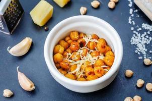 geröstete Knoblauch-Parmesan-Kichererbsen foto