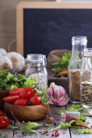 Tomaten, Salatblätter, Bohnen und Reis
