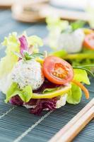 gesundes Reis-Canape mit Eiweißkäse und Kirschtomate