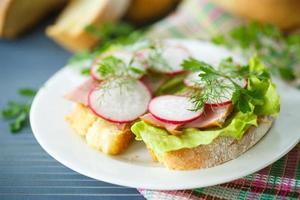 Sandwich mit Salat, Schinken und Radieschen
