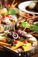 Tisch voller verschiedener Schnitte mit Obst und Gemüse foto