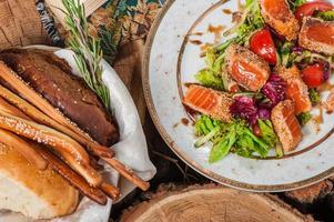 frischer Salat mit Salat und gebratenem Lachs foto
