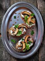 Sandwich mit Ziegenkäse, gerösteten Pilzen und Salat foto