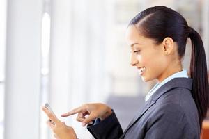 weiblicher Fachmann, der auf Handy zeigt foto