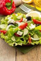 Salat in Teller auf Holz foto