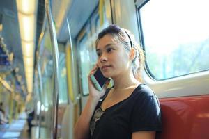 Mädchen einen Anruf entgegennehmen foto