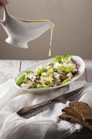 leckerer Gemüsesalat mit Käse und Pilzen foto