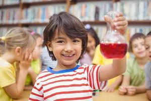 Schüler, der Wissenschaft in der Bibliothek macht