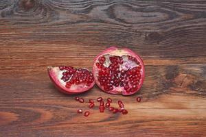 Granatäpfel auf Holz foto