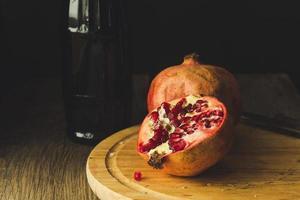 Granatäpfel und Flasche foto